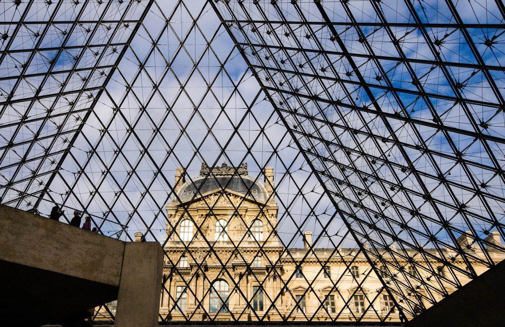 A l'intérieur de la Pyramide du Musée du Louvre