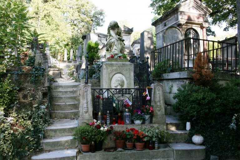 Visit the Père Lachaise Cemetary with a licensed Guide